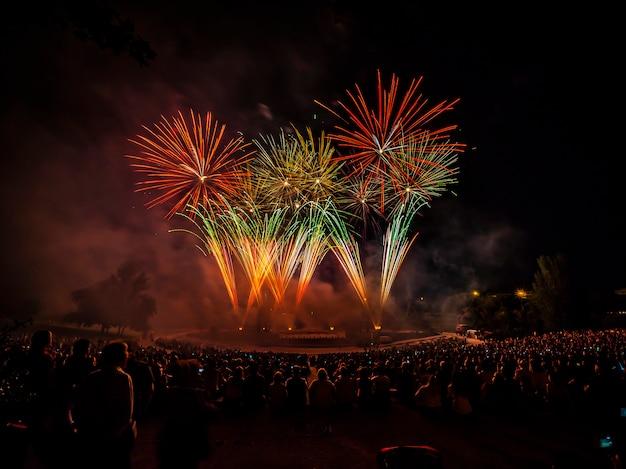 Het vuurwerk met silhouet van auditorium