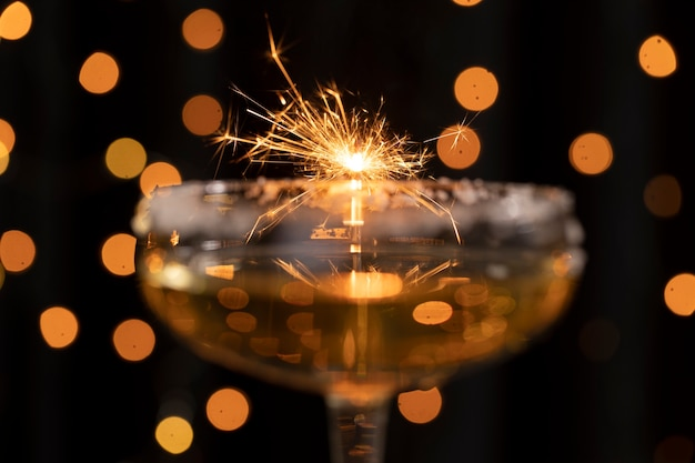 Het vuurwerklicht van de close-up dat door glas wordt weerspiegeld