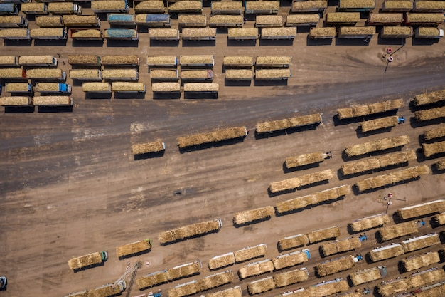 Het wachten van de suikerrietvrachtwagen aan het laden in de suikerinvoer en de uitvoer van de suikerfabriekindustrie in thailand