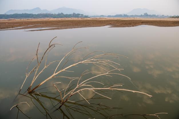 Het water in de mekong-rivier is tot een kritiek niveau gedaald