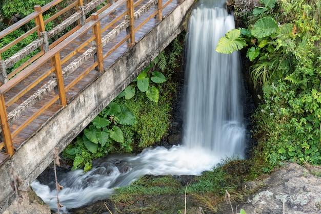 Het water in de rivier vormt een kleine waterval