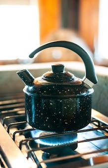 Het water in de waterkoker opwarmen om een zeer hete koffie te maken en er stoom uit komt