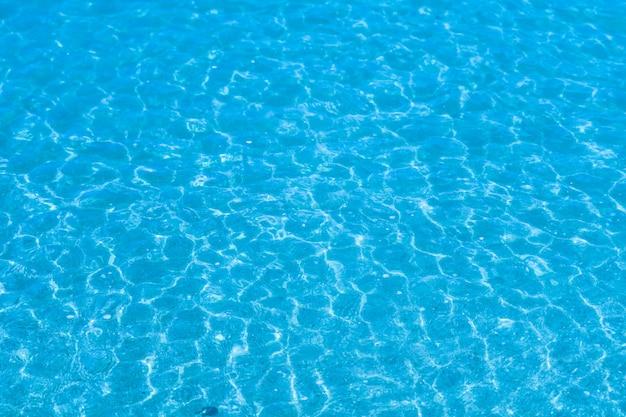Het water is zo helder dat je het zand en de schelpen in het water kunt zien