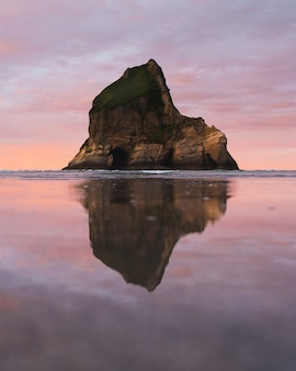 Het water weerspiegelt de klif in de verte