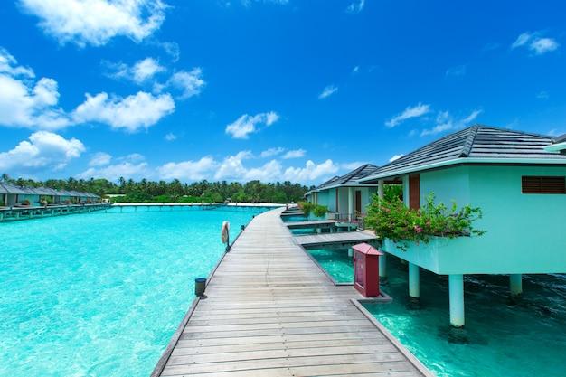 Het waterbungalow van de maldiven op oceaanwaterlandschap