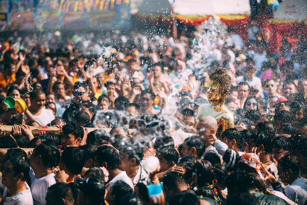 Het waterceremonie van het boeddhastandbeeld in songkranfestival, thailand