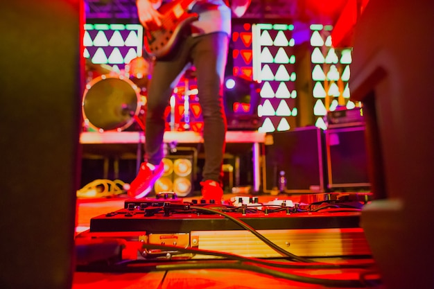 Het wazige beeld van rockmuzikant op abstract concert met podiumverlichting. concert van een abstracte rockband