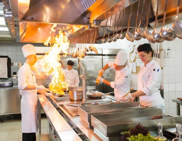 Het werk van de kok in de keuken van het restaurant.