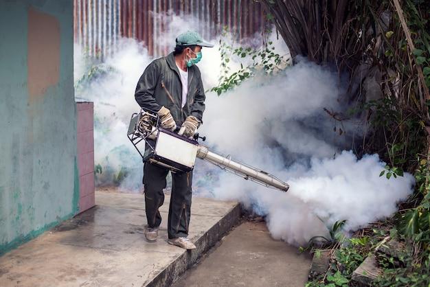 Het werk van de mens beslaat om mug te elimineren voor het voorkomen van verspreide knokkelkoorts en het zikavirus