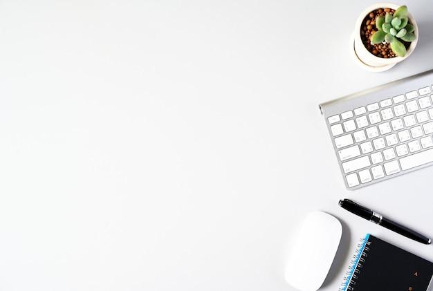 Het werken met laptop computer en cactus copyspace aan lijstachtergrond. bovenaanzicht, bedrijfsconcept