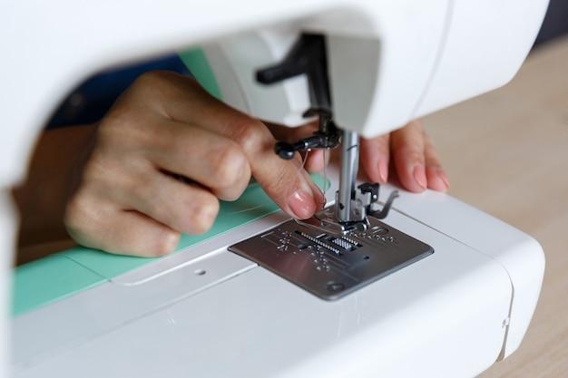 Het werkproces. naaister draad naald in naaimachine