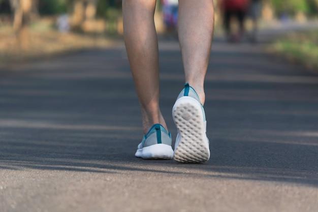Het wijfje dat bij de ochtend loopt voor warm lichaam om te joggen en uit te oefenen.