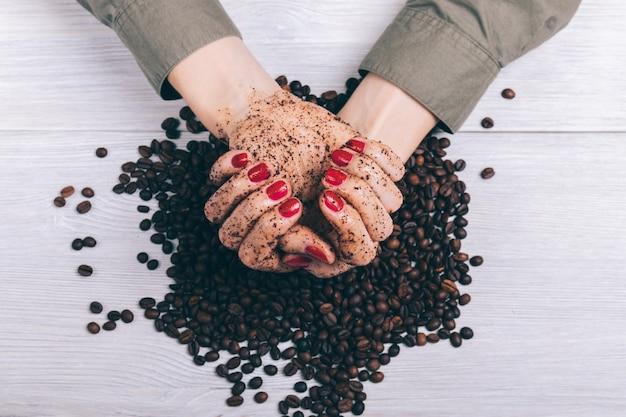Het wijfje dient koffie schrobt close-up in