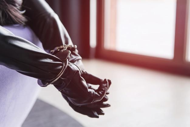 Het wijfje dient leerhandschoenen in en handcuffs close-up