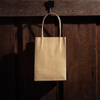 Het winkelen zak het hangen op de houten muur