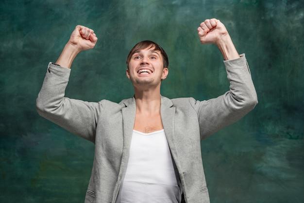 Het winnen van succesmens gelukkig extatisch vieren die een winnaar zijn. dynamisch energetisch beeld van mannelijk model