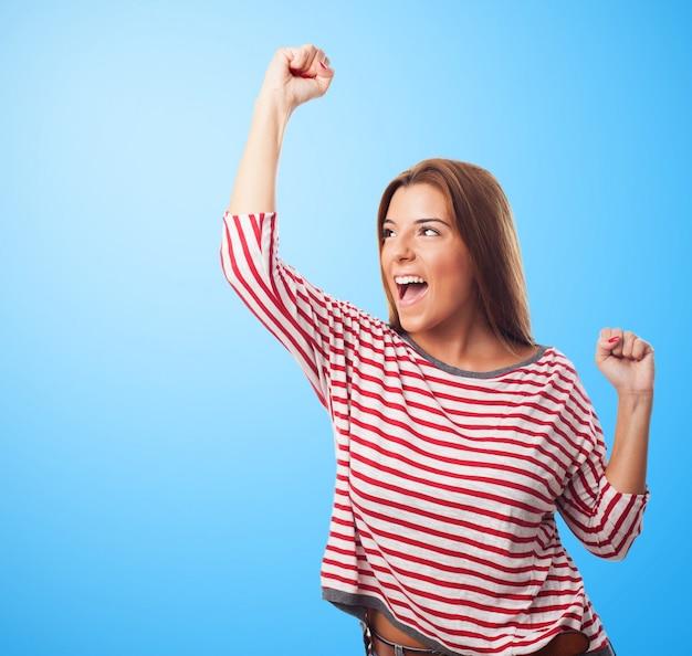 Het winnen van vrolijke model vrouw vieren