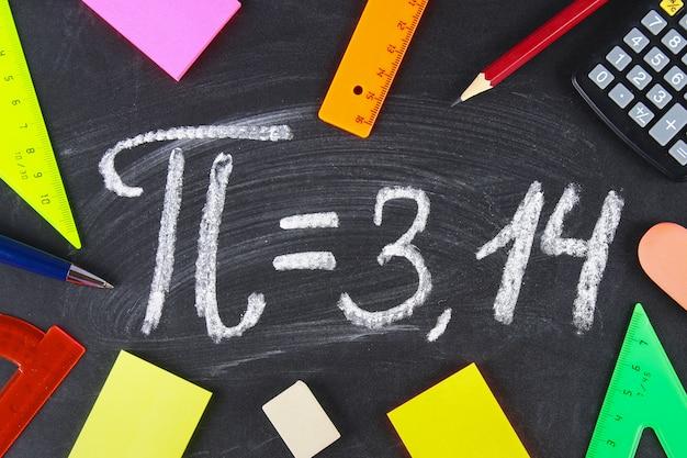 Het wiskundige teken of symbool voor pi op een schoolbord.