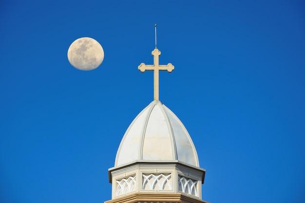 Het witte kerkdak heeft een kruis
