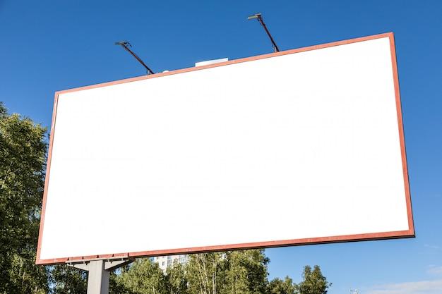 Het witte lege model van het reclameaanplakbord met lichten