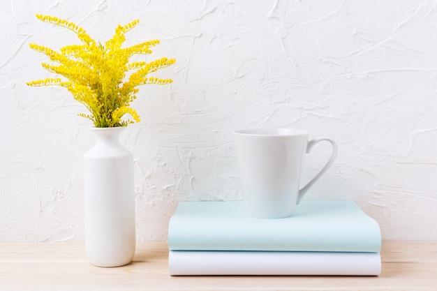 Het witte model van de koffie latte mok met sier geel gras