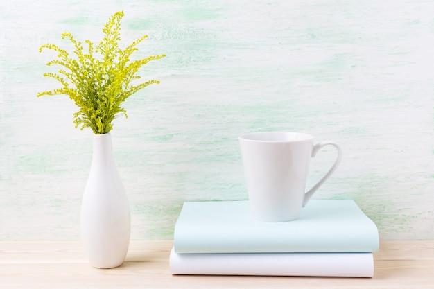 Het witte model van de koffie latte mok met sier groen gras
