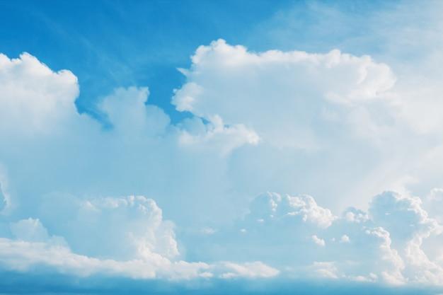 Het witte pluizige cumuluswolken vliegen