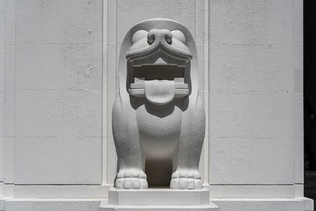 Het witte standbeeld van de steenleeuw op de straat van singapore, close-up, in openlucht
