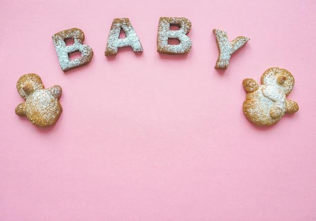 Het woord babykoekjes. het concept van de geboorte van zijn dochter. voedsel achtergrond.
