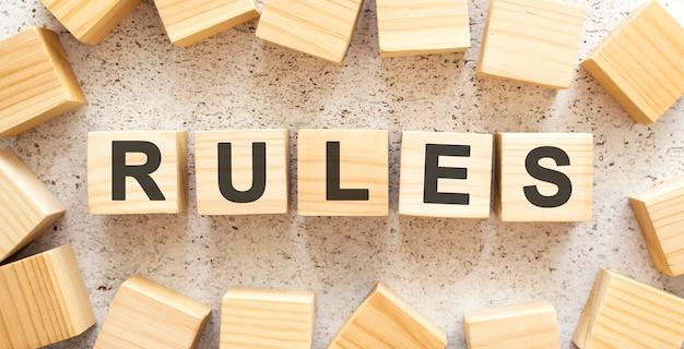 Het woord bestaat uit houten blokjes met letters