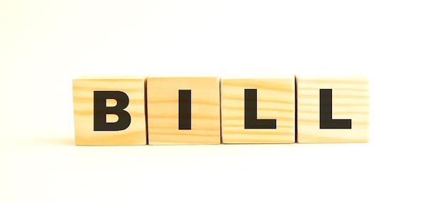 Het woord bill. houten kubussen met letters geïsoleerd op een witte achtergrond. conceptueel beeld.