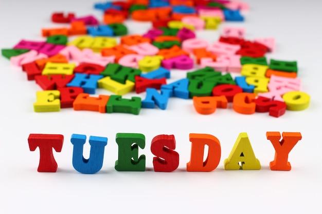 Het woord dinsdag met gekleurde letters