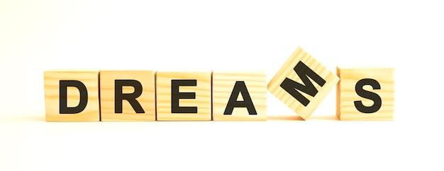 Het woord dreams houten kubussen met letters