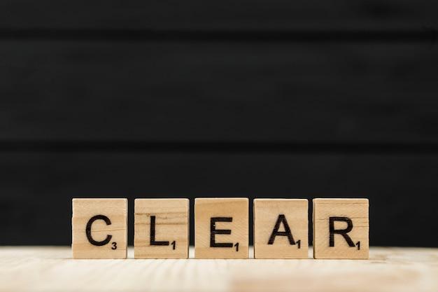 Het woord duidelijk gespeld met houten letters