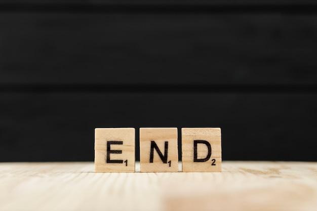 Het woord einde gespeld met houten letters