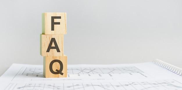 Het woord faq gestructureerde zoektaal, bekleed met houten blokken