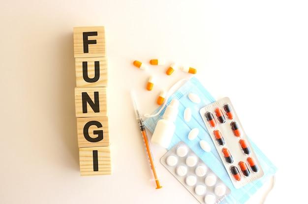 Het woord fungi is gemaakt van houten blokjes
