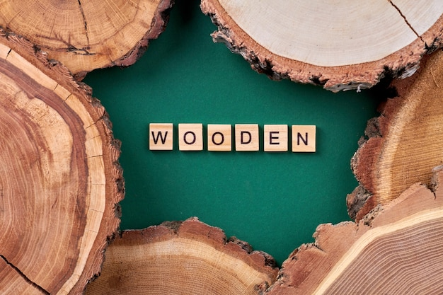 Het woord houten gemaakt van kubussen. houten stukken bovenaanzicht plat leggen.