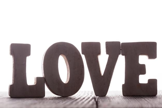Het woord liefde van houten letters staat op tafel