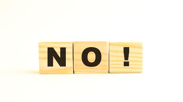 Het woord nee. houten kubussen met letters geïsoleerd op een wit oppervlak