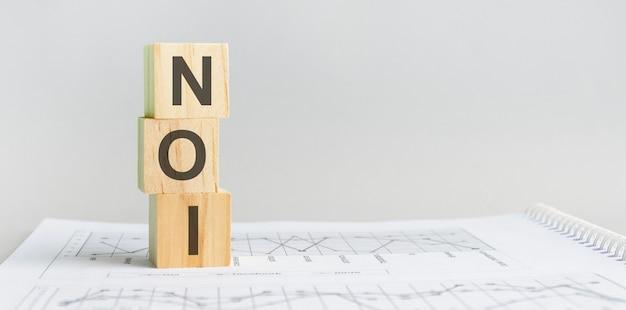Het woord noi gestructureerde zoektaal, bekleed met houten blokken