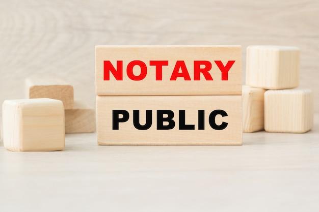 Het woord notaris is geschreven op een houten kubusstructuur