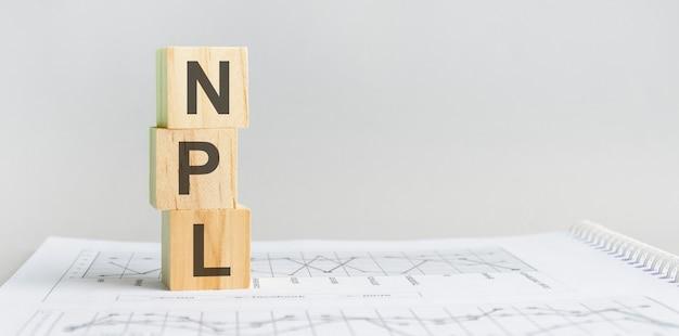 Het woord npl gestructureerde zoektaal, bekleed met houten blokken