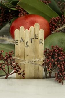 Het woord pasen in de conceptuele bloktekst op houten stokken