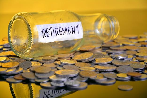 Het woord pensioen met gestapelde munten
