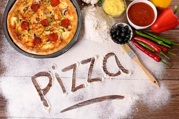 Het woord pizza geschreven in bloem