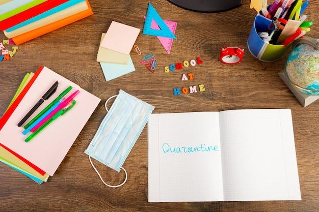 Het woord quarantaine geschreven met een marker in een notitieblok. plat leggen