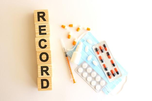 Het woord record is gemaakt van houten kubussen op een wit