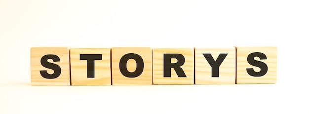 Het woord storys in houten kubussen met letters