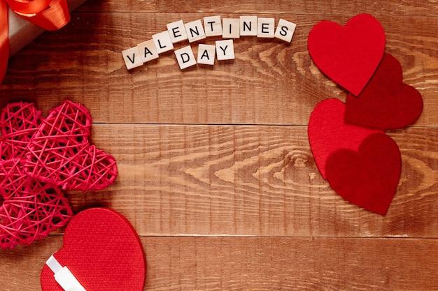Het woord valentijnsdag. liefde op houten blokken op natuurlijke achtergrond. thema van liefde, hart en cadeau.